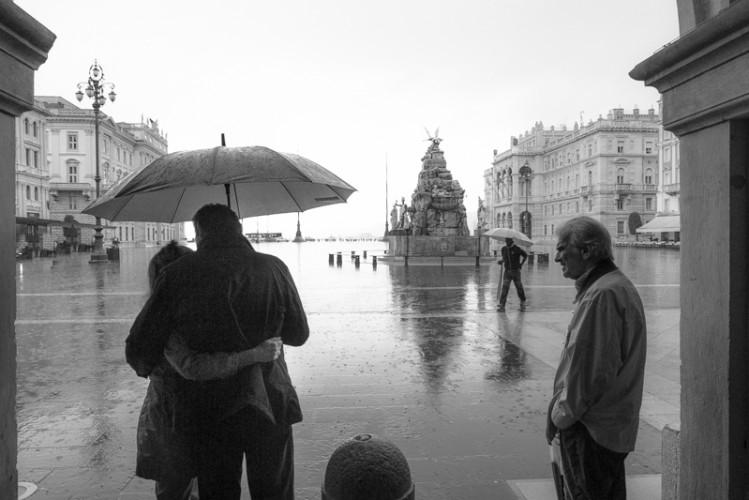 Stretti sotto la pioggia